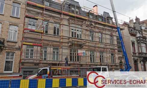 Av. Brugmann à Uccle pour rénovation de corniche et lucarne . Passage du tram, manipulation de la grue.