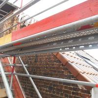 Pose sur toiture d'un échafaudage pour la démolition d'une cheminée
